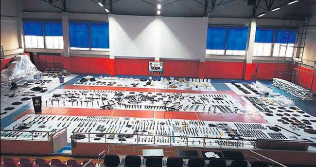 Bağlar'da bir spor salonunu dolduran mühimmat ele geçirildi