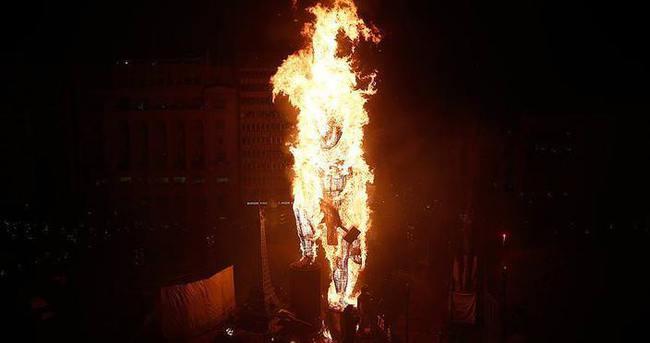 Dev kuklalar ateşe verildi