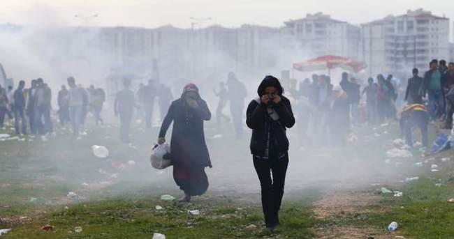 Nevruz alanından çıkan grup polise taş attı!