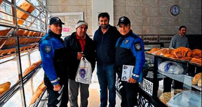 Polis dolandırıcılığa karşı poşetle uyardı