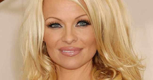 Pamela Anderson'ın oğulları boyunu geçti