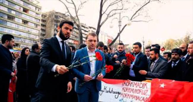 AK Parti'li gençlerden Güvenpark'a karanfil