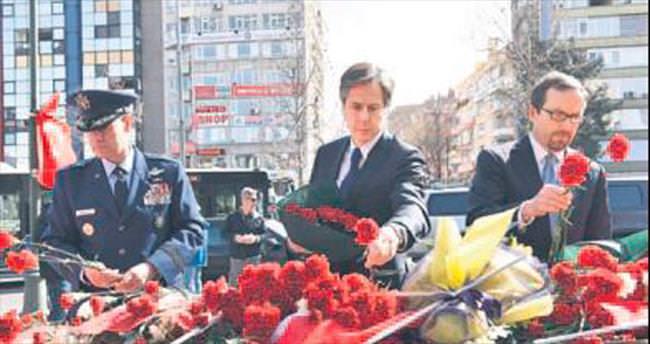 Blinken Kızılay'da terör kurbanları için çiçek bıraktı