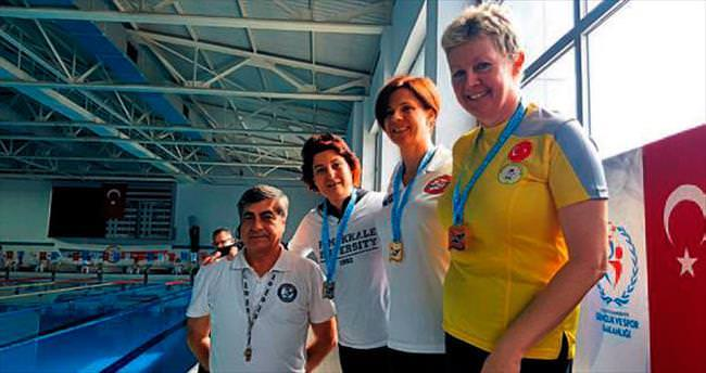 İki çocuk annesi yüzmede 5 madalya kazandı