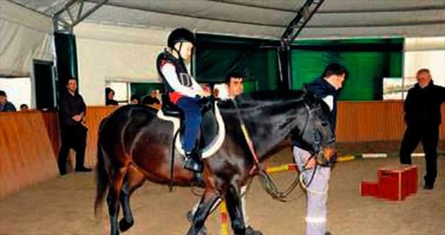 30 çocuğa atla terapi