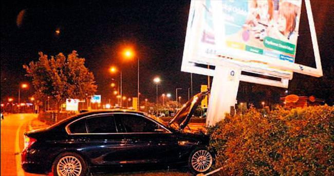 Alkollü sürücü billboarda çarptı