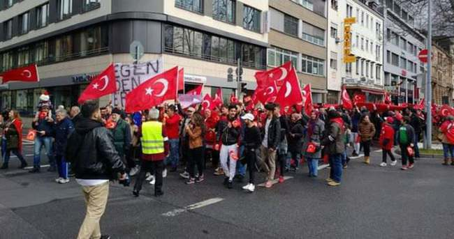 Almanya'da teröre karşı yürüyüş yapan Türklere saldırı
