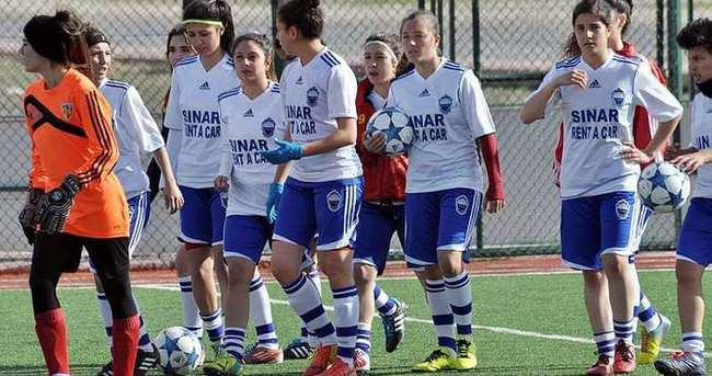 Lisansı çalınan kadın futbolcular maça çıkamadı