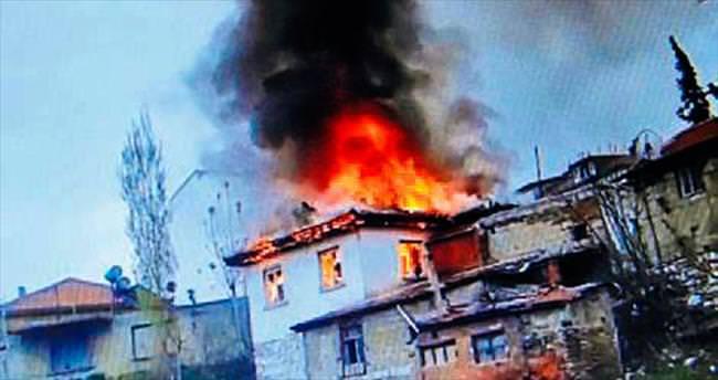 Yangında iki katlı ev harabeye döndü