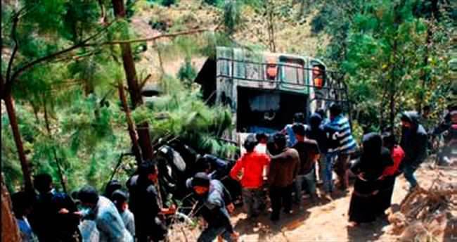 Otobüs uçuruma yuvarlandı: 15 ölü