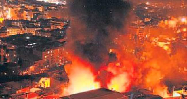 Trafodan sıçrayan kıvılcım evi yaktı