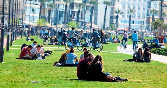 Hava sıcaklıkları artınca İzmir yeniden hareketlendi