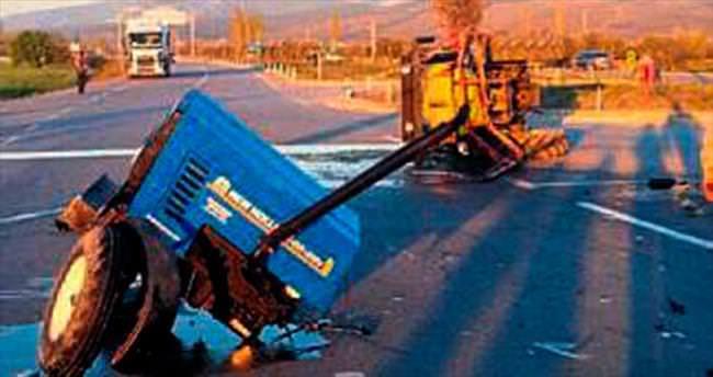 Traktörle otomobil çarpıştı: 4 yaralı