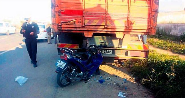 Kamyona çarpan motosikletli genç öldü