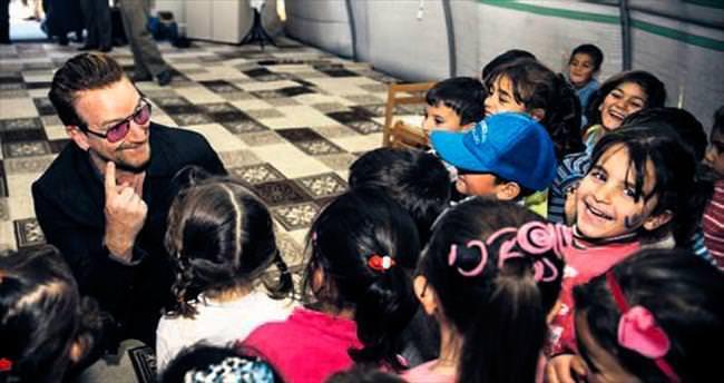Suriyeli çocuklarla şarkı söyledi