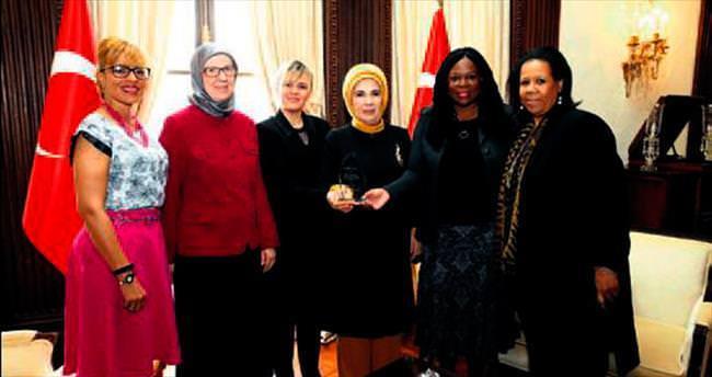 Emine Erdoğan'a teşekkür plaketi