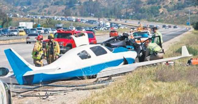 Uçak otoyoldaki arabaya çarptı: 1 ölü