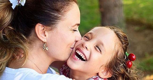 Ceyda Düvenci ile kızı terapide