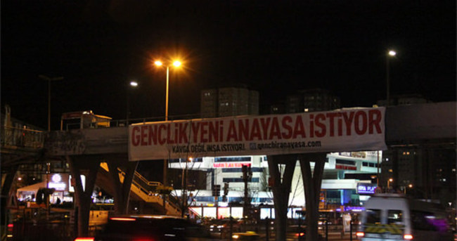 Köprüler ve surlar yeni anayasa isteyen pankartlarla süslendi