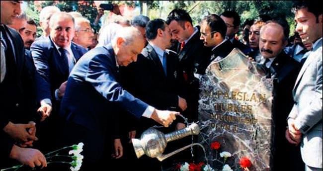 Alparslan Türkeş'e kabri başında anma