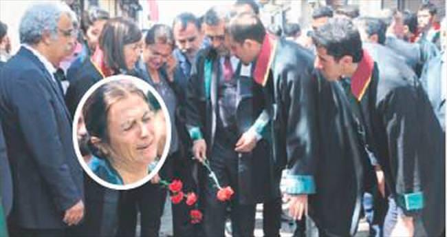Türkan Elçi, elindeki karanfili bırakamadı