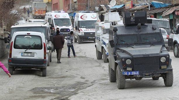 Yüksekova'da bina çöktü: 3 asker yaralı