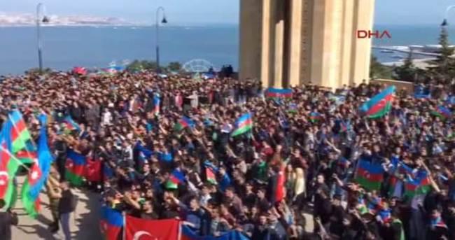 Azeri gençler sokağa döküldü