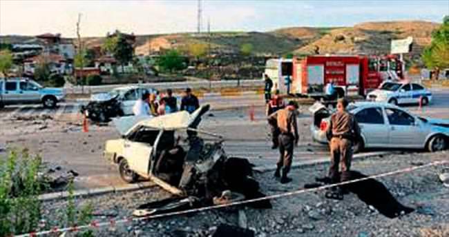 Yolu savaş alanına çeviren kaza: 3 ölü