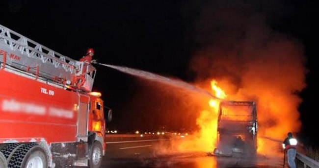 Otogar çıkışındaki alanda 4 otobüs alev alev yandı