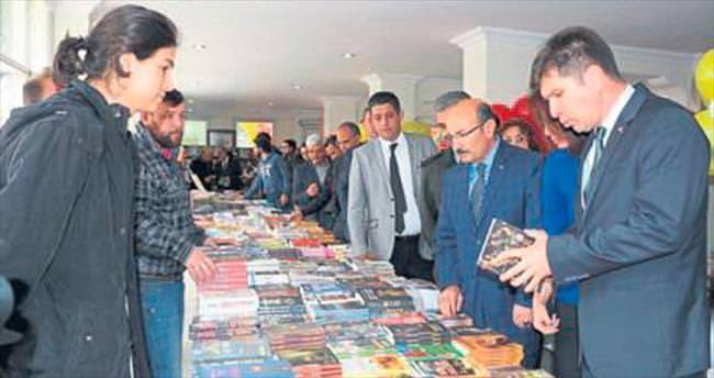 Burdur'da kitap fuarı ziyarete açıldı
