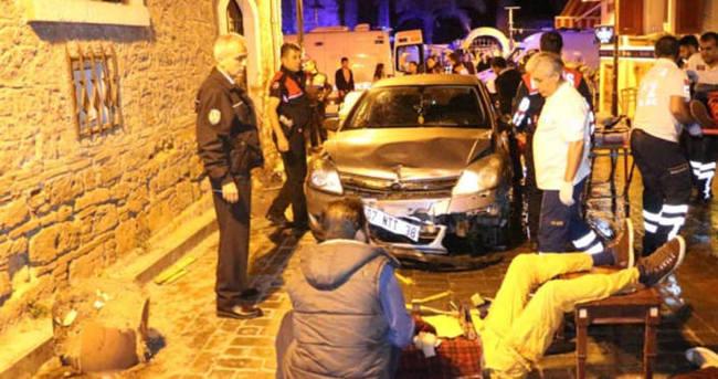 Tarihi Kaleiçinde alkollü sürücü dehşet saçtı: 3 yaralı