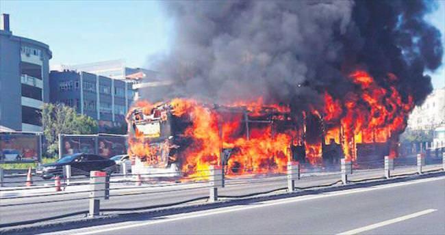 Metrobüs alev alev yandı