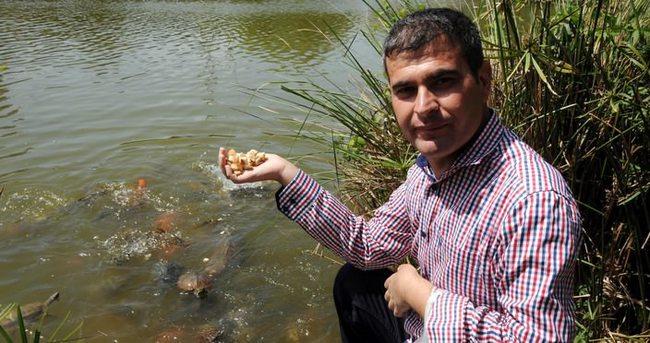 Çift kol nakilli, yeni elleriyle balıklara yem verdi