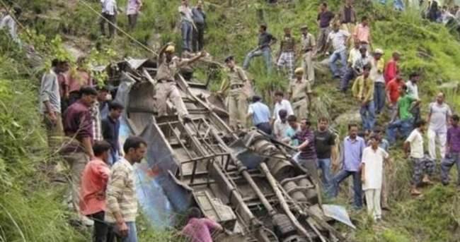 Hindistan'da otobüs uçuruma yuvarlandı