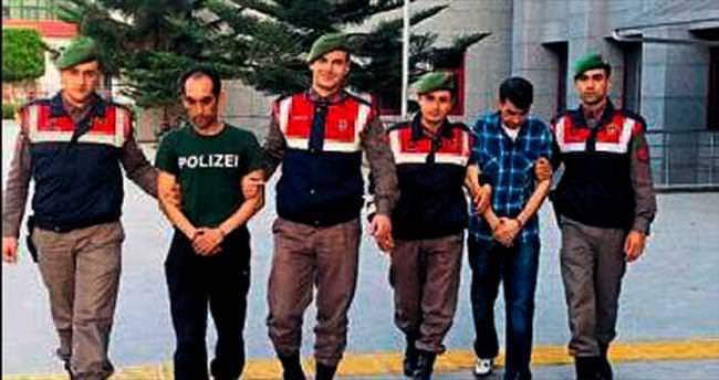 Polis tişörtü giydi ama kurtulamadı