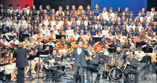 300 çocukla sahnede