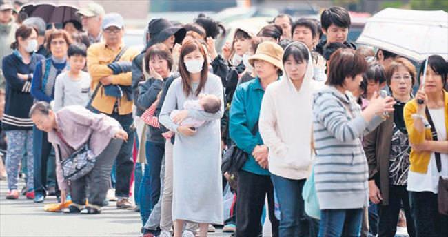 100 bin Japon sokakta kaldı
