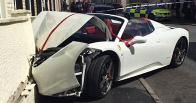 Kiralık Ferrari'yi evin duvarına çarptı