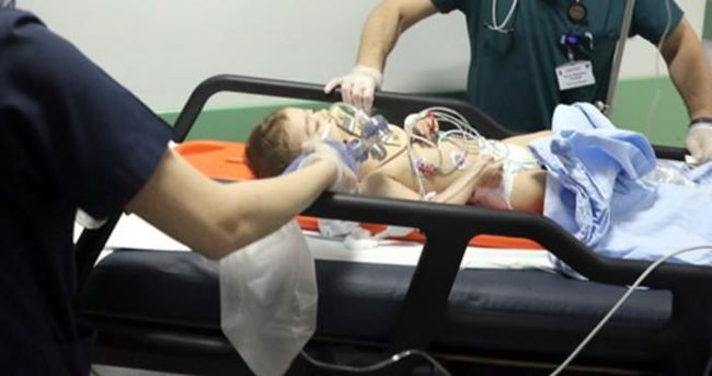 Kucağındaki bebeği pencereden düşürdü