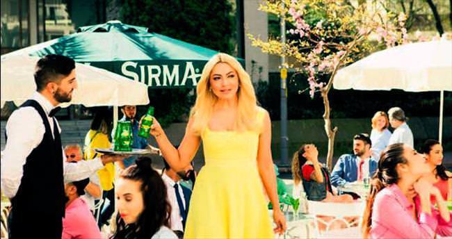 Sarı elbisenin sırrı reklammış!