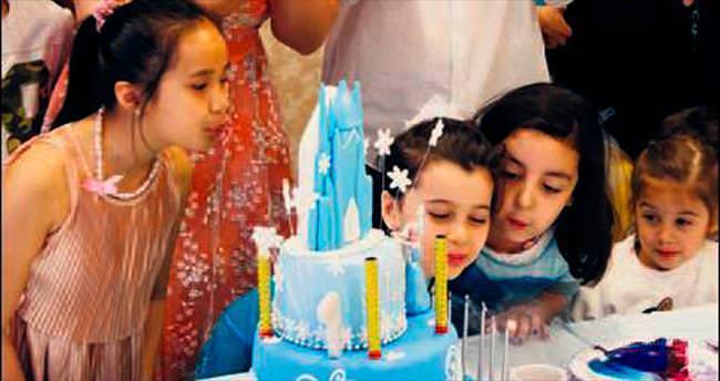 Kızının doğum gününü Minopolis'te kutladı