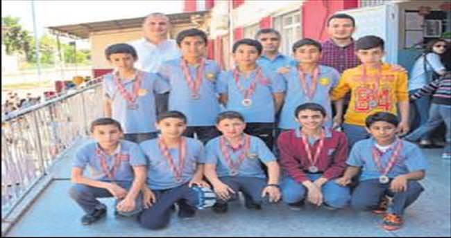 Dosteller Ortaokulu'nda futbol turnuvası sona erdi