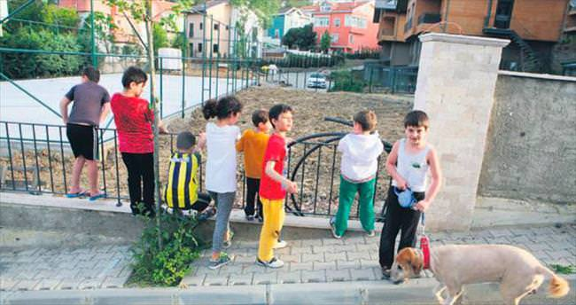 Lüks site çocuk parkını gasp etti