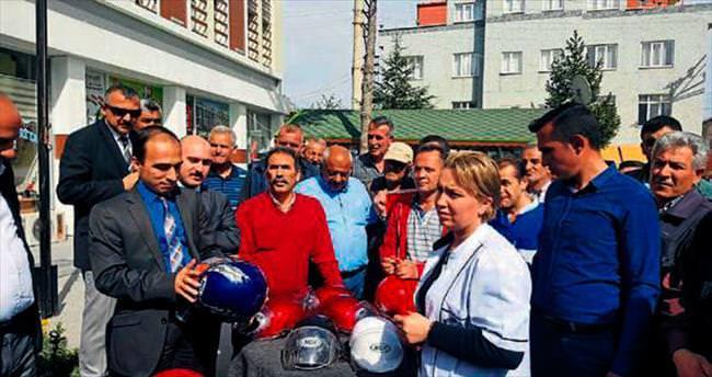 Genç sürücülere kask dağıtıldı