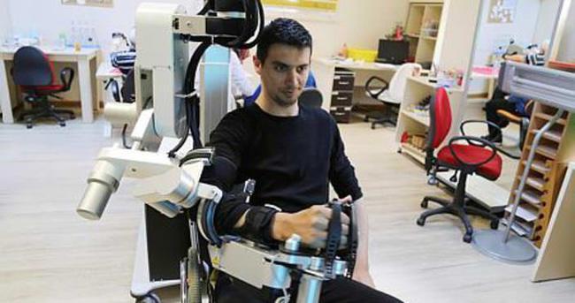 Felçli mühendis 2 ayda kolunu oynatabildi