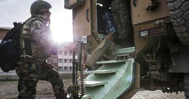 Hakkari'de zırhlı polis aracı devrildi: 2'si polis 4 yaralı