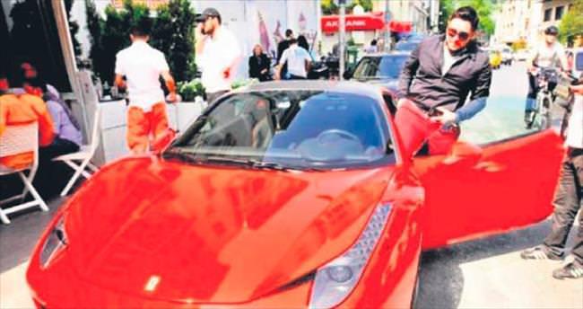 Ferrari ile baba kıza çarptı