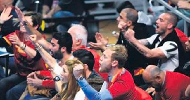 Wesley Sneijder coştu coşturdu