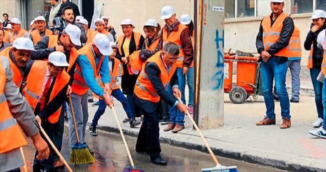 Başkan Akdoğan yolları temizledi