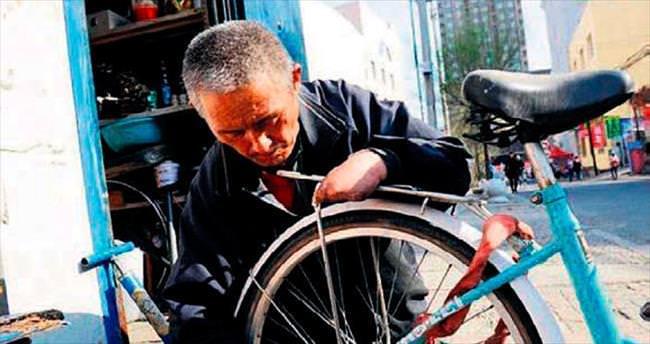 Kalan tek parmağıyla bisiklet tamircisi oldu